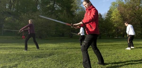 Hirvepargis mõõgavormi harjutamas